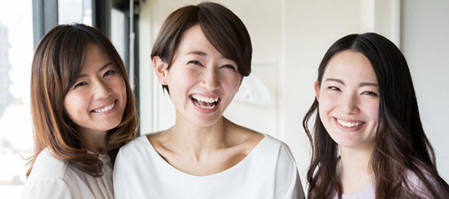 笑っている女性3人組